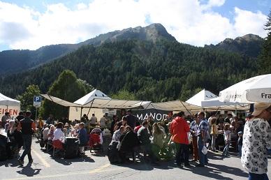 foule devant manor montagnes