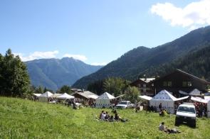 vue champ stands montagnes vallée